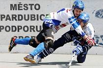 Utkání II. kola finále Ford Credit Extraligy hokejbalu mezi HBC Autosklo-H.A.K. Pardubice (v bílomodrém) a HBC ALPIQ Kladno (modrobílém)