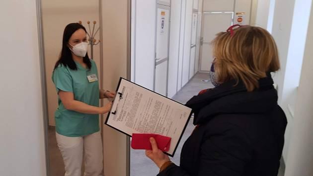 První desítky zdravotníků či hasičských záchranářů zamířily v Pardubicích na očkování ne do zdejší nemocnice, nýbrž do prvního očkovacího centra v kraji, které sídlí v bývalé reálce naproti krajskému úřadu. Tam se očkování z nemocnice přesunulo.
