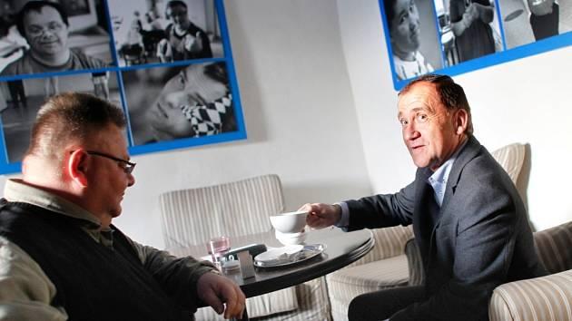 Miroslav Váňa (vpravo) a Ladislav Effenberk ve volebním štábu ČSSD. Váňa ani Effenberk se do sněmovny nedostali.