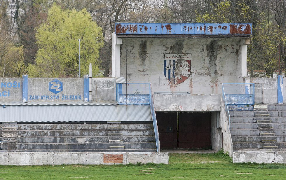 Letní stadion v centru Pardubic je v dezolátním stavu. Oprava může stát až přes půl miliardy korun.