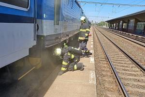 Na nádraží v Přelouči vzplála ve čtvrtek kolem 11. hodiny dopolední lokomotiva. Foto: HZS PAK