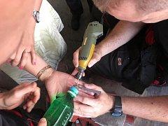Hasičská stanice jako operační sál. Z nateklého prstu dívce museli hasiči odříznout prstýnek. Operace se zdařila.