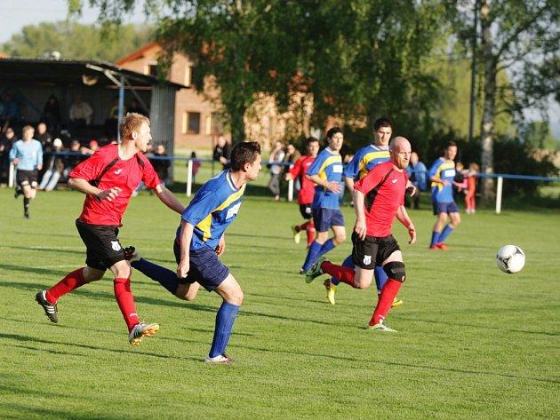 Klubový souboj o korunu střelců svádějí moravanští snajpři Tomáš Kříž (vlevo) a Jan Poláček (u míče). Před posledním kolem má první jmenovaný na svém kontě 20 gólů, jeho kolega o jednu více.