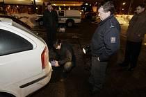 Odstavená vozidla vykradli extraligovým rozhodčím před restaurací na pardubickém sídlišti Dubina. Celé trojici zmizela kompletní hokejová výstroj, celkem za sto tisíc korun!