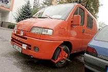 Vozidlo hasičů s botičkou? Podle tvrzení majitele ano, podle městské policie a také Hasičského záchranného sboru se má ale jednat o soukromý vůz.