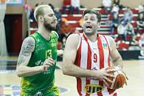 Basketbalové utkání čtvrtfinále Alpe Adria Cupu: BK JIP Pardubice (v bíločerveném) - Patrioti Levice (v zelenožlutém) v pardubické hale na Dašické.