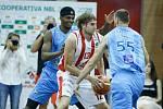 Basketbalové utkání Kooperativa NBL mezi BK JIP Pardubice (v červenobílém) a BK Olomoucko.