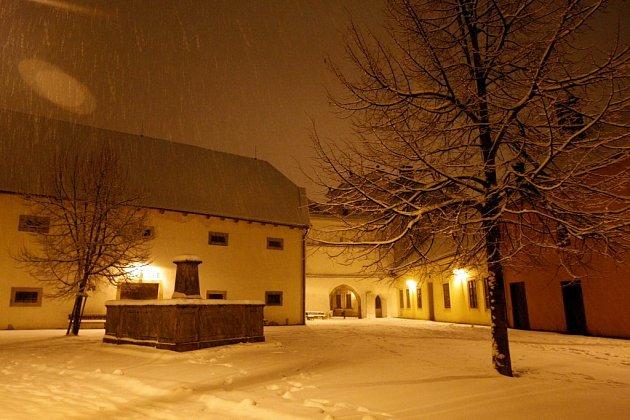 Noční Pardubice zapadané sněhem