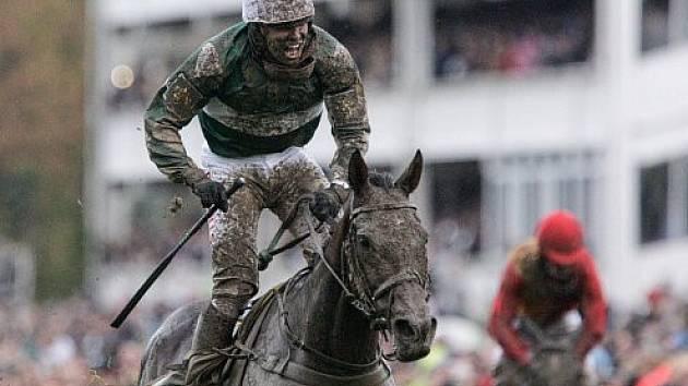 Kůň No Time To Lose s žokejem Janem Kratochvílem