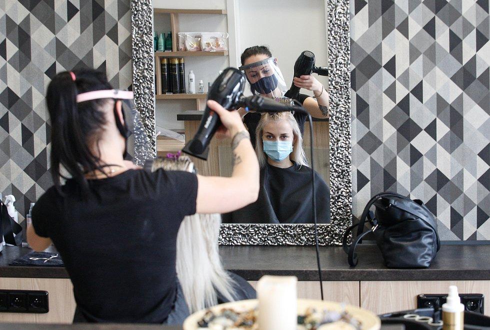 Znovuotevřené kadeřnické salony po koranovirové karanténě, kadeřníci ovšem musí dodržovat přísná hygienická nařízení.