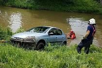 V Sezemicích skončilo auto v řece