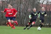 72 MINUT. Přesně takovou dobu strávili na hřišti fotbalisté Křičeně (u míče Aleš Kučera). V Nemošicích vedli 2:1, ale po zkratu jednoho z nich bylo utkání předčasně ukončeno.