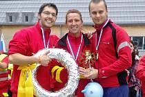 Lékař Marek Dvořák (vpravo), zdravotní sestra Lada Žampachová  z pardubické nemocnice a Jan Gretz získali stříbrný věnec.