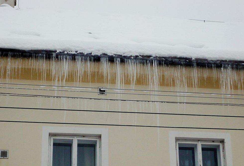 Nebezpečné rampouchy ze střech visí například na domě s pečovatelskou službou v Lázních Bohdanči.