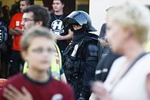 Pořádková jednotka zasahovat nemusela. Policisté ale přesto museli na konec zápasu nasoupit a rozestavit se u vstupu do hráčských kabin.