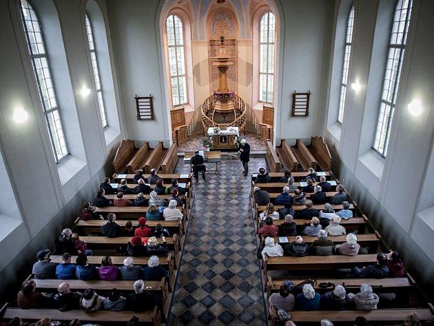 Opravený evangelický kostel ve Chvaleticích a koncert Jiřího Stivína a Václava Uhlíře.