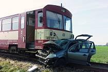 Motorový osobní vlak hrnul před sebou osobní automobil ještě asi sto metrů.