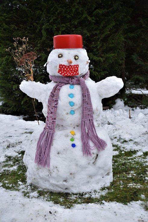 """,,Ať dělám, co dělám, ten nos se mi pod roušku prostě nevejde,"""" napsala k fotografii sněhuláka čtenářka Lída Říhová z Holic. Sněhuláka postavily její vnučky a společně ho dozdobily."""
