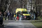 Potyčka dětí na hřišti v Bubeníkových sadech skončila pokousáním psem a zásahem policistů a záchranné služby.