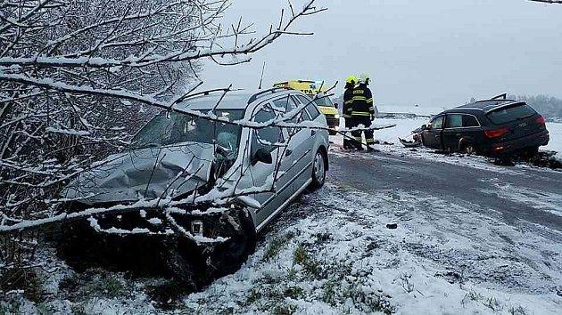 Běhm půl hodiny se na náledí uOstřešan staly dvě dopravní nehody.