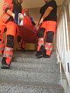 Záchranná služba z bytu odvezla oba manžele. Zatímco žena měla po pád zraněnou nohu, muž ruce a hlavu.