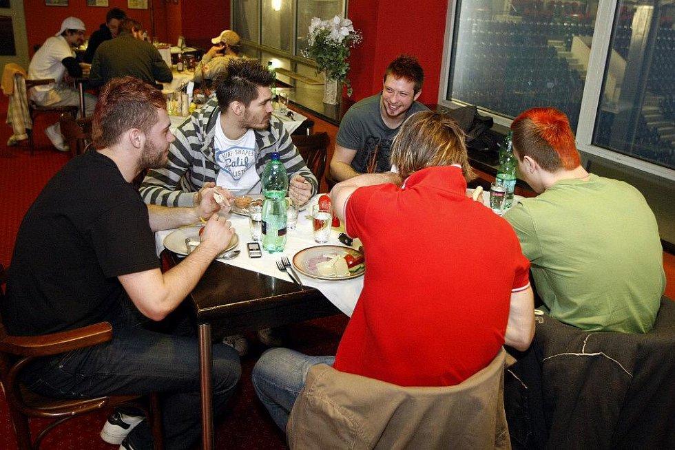Hokejisté HC Eaton Pardubice na obědě po tréninku před finálem O2 Extraligy.