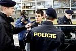 Přímo před našim objektivem zatkli pardubičtí policisté dvaadvacetiletého recidivistu. Policie po něm šla kvůli výrobě drog a majetkové trestné činnosti