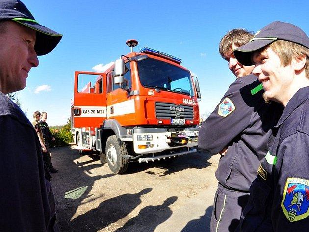 Přeloučští dobrovolní hasiči dostali nový zásahový automobil.