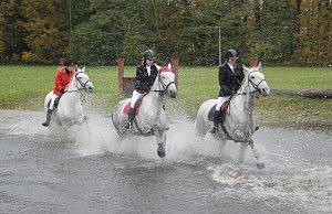 Žákyně kladrubské školy chovu koní a jezdectví odjely svou Hubertovu jízdu