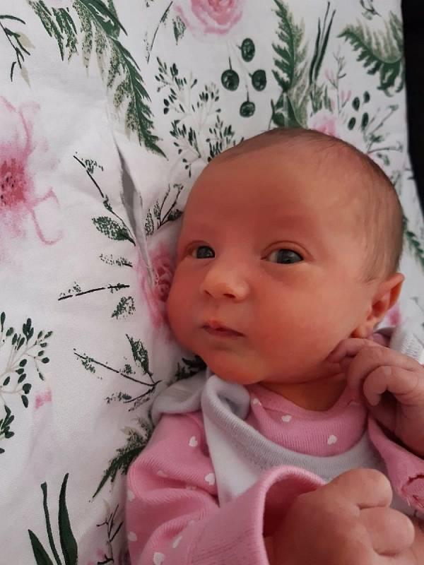 Emili Kavanová se narodila 17. 4. 2021 v 1:00 hodin. Vážila  2750 g  a měřila 48 cm. S rodiči Zuzanou a Jiřím a bráškou Alešem je doma v Opatovci u Svitav. Foto: rodina