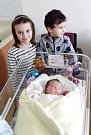 EMA POZDNÍKOVÁ se narodila 25. března v 9 hodin a 40 minut. Měřila 52 centimetrů a vážila 3850 gramů. Maminku Simonu podpořil u porodu tatínek Václav. Doma v Pardubicích se na nového sourozence těší sedmapůlletá Anetka a dvaapůlletý Štěpánek.