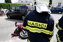 V Sezemicích na Pardubicku se srazila dvoučlenná posádka motocyklu s autem