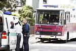 Ke střetu eskortního autobusu vězeňské služby a osobního vozu došlo v úzké zatáčce. Neplánovaná zastávka ale znamenala pro eskortu nepříjemné čekání
