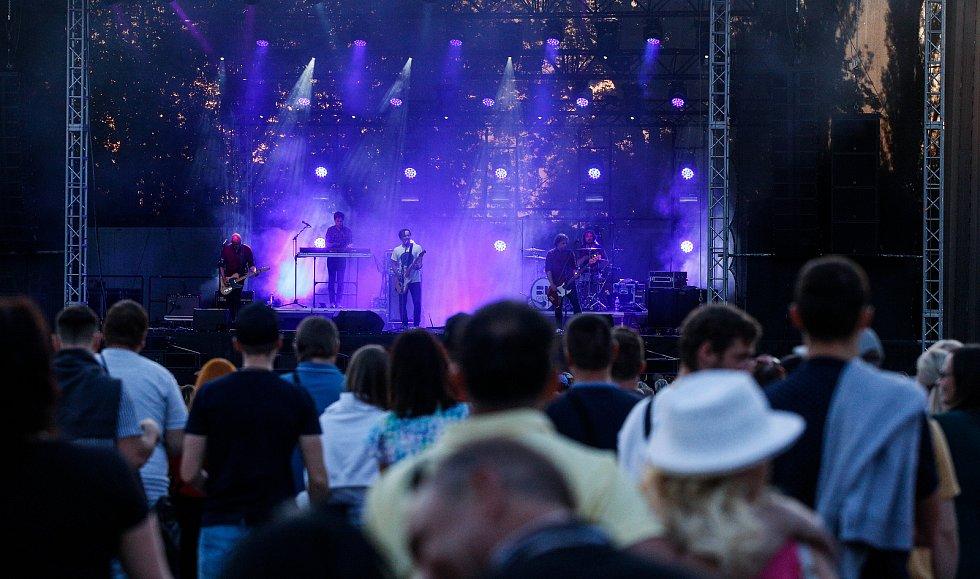 Kapela Chinaski v červnu odehrává koncerty z odloženého halového turné. Nikoliv v halách, ale pod širým nebem. NA pardubické dostihové závodiště kvůli vládním protikovidovým opatřením mohlo přijít pouze 1400 natěšených lidí.