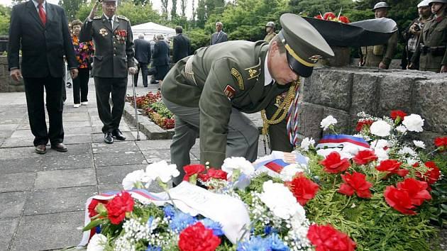 Pietní akt jako vzpomínka na popravené oběti heydrichiády u Památníku Zámeček v Pardubicích.