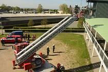 Cvičení hasičů na pardubickém závodišti mělo prověřit postup při požáru na tribuně. K takové situaci skutečně došlo při loňském ročníku Velké pardubické.