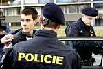 Přímo před naší kamerou zatkli pardubičtí policisté dvaadvacetiletého recidivistu. Policie po něm šla kvůli výrobě drog a majetkové trestné činnosti