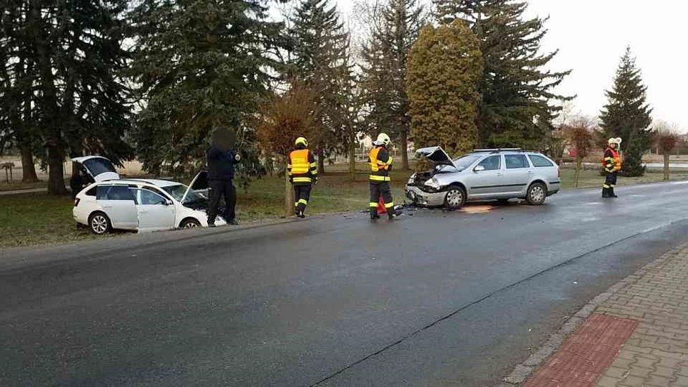 Hasiči zasahovali u střetu dvou osobních aut.
