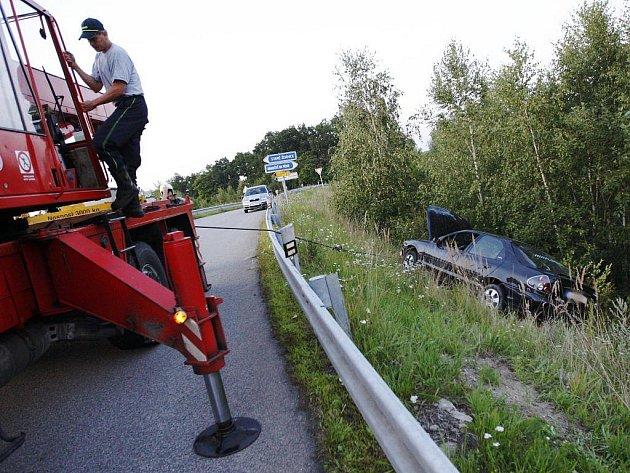 Vozidlo, které policistům ujíždělo, zůstalo viset na travnatém svahu nadjezdu