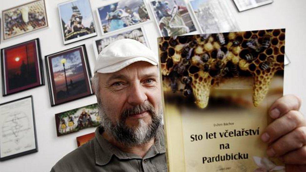 Evžen Báchor už v deseti letech věděl, že chce být včelařem. A jeho sen se mu splnil. Dnes má přes sto včelstev, o které se spolu s manželkou stará. Med potom vyrábí pod značkou Evžen a Iva Báchorovi.