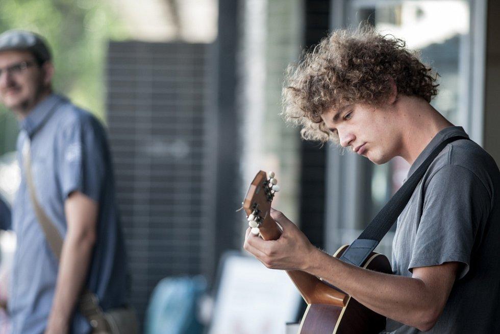 Festival Pernštejn(l)ove zahájili v Pardubicích pouliční muzikanti. Třeba před hlavním nádražím.