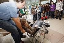 Jaké je to žít s postižením? Zájemci si to na pardubické univerzitě mohli vyzkoušet
