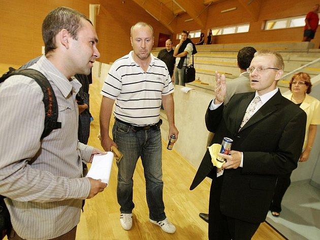 Trenér florbalistů Miroslav Janovský (vlevo) a náměstek hejtmana Jan Tichý (vpravo) řeší problematické prvky nové haly.