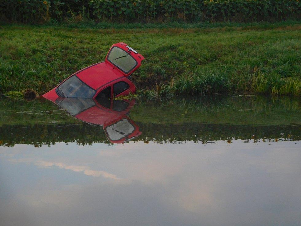 K dramaticky vyhlížející nehodě vyrazili v pátek ráno hasiči i policisté. Rybář nahlásil nález auta značky Opel v řece Loučné poblíž jezu.