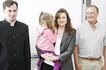 Trojice statečných. Petr Kodl, Miroslava Koudelková s dcerou a Josef Línek (zleva) při předání ocenění.