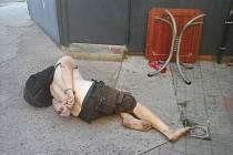 Agresivní bezdomovci skončili v poutech.