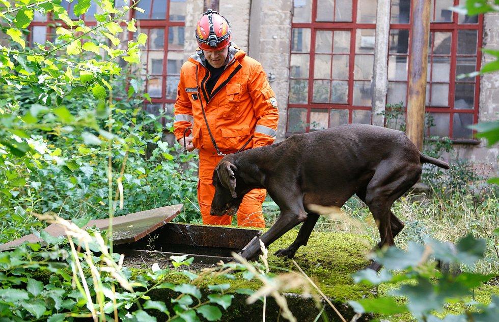 David Hynek a jeho pes Darren po návratu ze záchranné mise v Bejrútu na záklaně HZS Pardubického kraje.