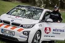 Elektromobil od BMW v barvách Městské policie Pardubice.