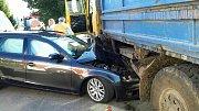 Automobil ve Starých Ždánicích skončil zapasovaný pod nákladním autem.