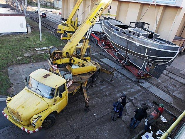 Stěhování námořní lodě z Pardubic.